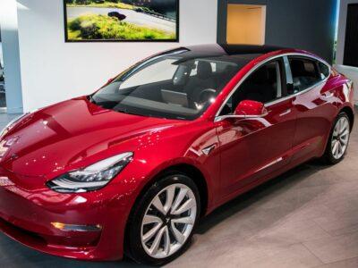 Tesla Model 3 i Sverige skapar långa köer